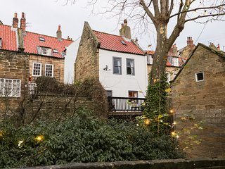 ROSEBERRY COTTAGE, open-plan living with fire, Robin Hood's Bay