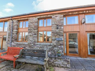 THE HAY BARN, open-plan, WiFi, near Talgarth