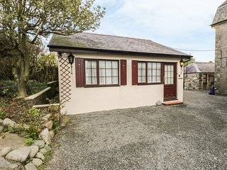 HOLLY COTTAGE, off-road parking, WiFi, in Criccieth