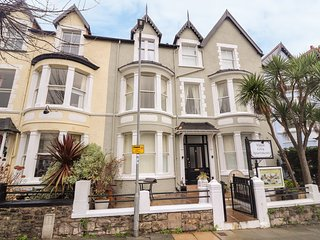 FLAT 3, WiFi, en-suite, open-plan living, Llandudno