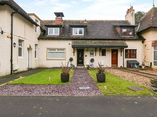 3 THE STABLES, pet-friendly, WiFi, in Troon