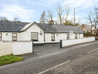 WOODLEIGH COTTAGE, woodburner, enclosed garden in Ballycastle