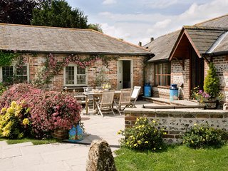 CHURN HOUSE, on-site pool, dog-friendly, Dewlish