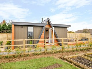 ALSTROEMERIA, Hot tub, open-plan studio accommodation, Bretforton