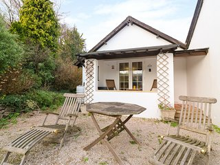 LILY COTTAGE, private garden, romantic interior in Marldon