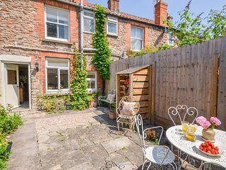 FLORENCE COTTAGE, WiFi, Woodburner, Enclosed garden, Wells
