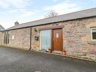 HEMMEL COTTAGE, woodburner, WiFi, in Chatton
