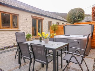 HIGHER MILL BARN, WiFi, Hot tub, Open-plan living, Milltown