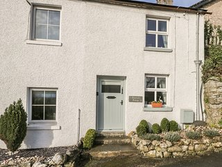SHAMROCK COTTAGE, pet-friendly, woodburner, Allithwaite