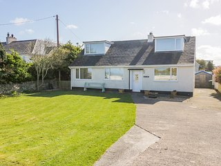 SWN Y MOR, Off-road parking, Pet-friendly, Enclosed garden, Amlwch