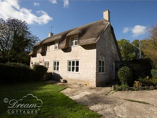 HONEYSUCKLE COTTAGE, thatched cottage, sleeps 4, off road parking, large