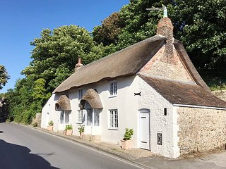 AMY COTTAGE, WiFi, off-road parking, West Lulworth