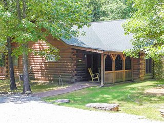 Spacious 1-3 bedroom cabin close to Branson/Sleeps up to 8