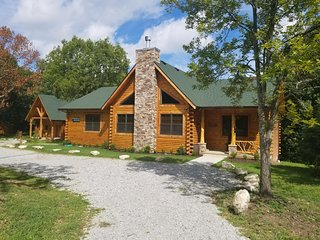 Spacious New 3 bedroom cabin close to Branson/Sleeps up to 8