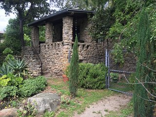 Ojai Garden Cottage, peaceful oasis, in town!
