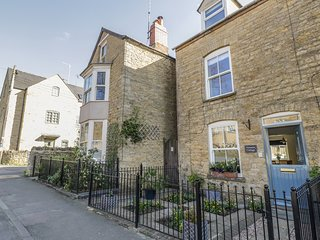 VICTORIA COTTAGE, WiFi, pet-friendly, in Chipping Norton
