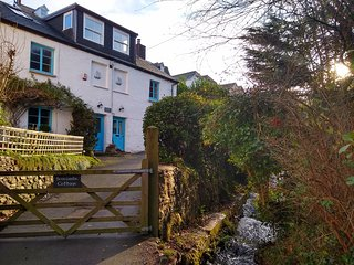 SEACOMBE COTTAGE, Pet-friendly, WiFi, Jacuzzi bath, Combe Martin