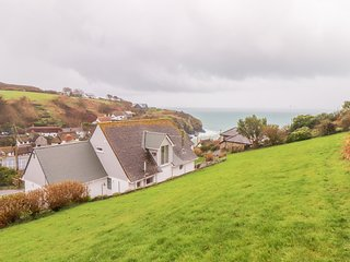 SPINNAKER, sea views, WiFi, Cadgwith