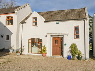 COTTAGE 3, Pet-friendly, WiFi, children's play area, Portrush