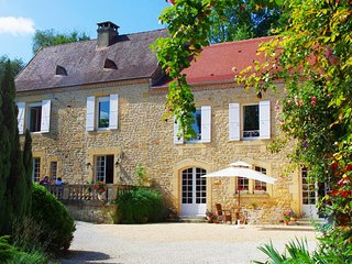 NEW*** SUPERB MANOR 6BEDS/6BATHS & YDILLIC GARDEN SHORT WALK FROM SARLAT