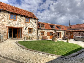 Lucasland Holiday Cottages, sleeps 18, Hot Tub + Private Pub!