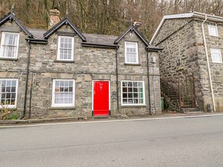 THE OLD POST OFFICE, WiFi, woodburner, near Fairbourne