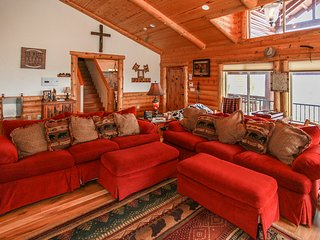 *PREMIUM LOG CHALET~Pool Table~Jetted Spa Tub~