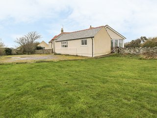 ALYNFA BACH close to beaches, pet friendly in Rhosneigr Ref 14097