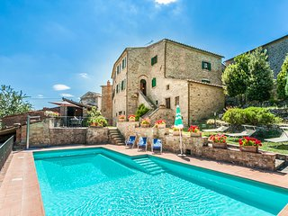 Nightingale Tuscan Villa, Large Comfortable Family Villa and Private Pool