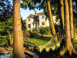SHELLS COTTAGE, pet friendly, character holiday cottage, with hot tub in