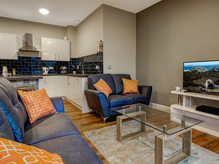CENTRAL. City Chic  3 bedroom Apartment with Parking. Sleeps 6