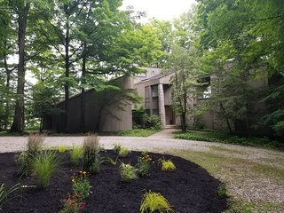 Wooded lakeside architect retreat near Columbus
