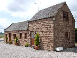 CURLEW BARN, hot tub, parking, near Ipstones