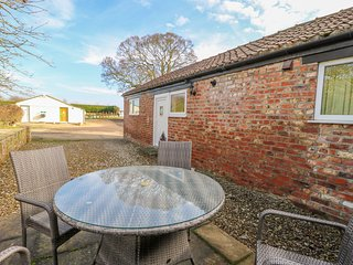 THE COTTAGE AT MANOR FARM, WiFi, Off-road parking, All ground floor, York