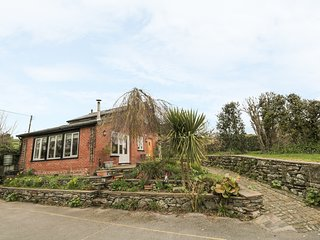 BECK COTTAGE, romantic detached cottage with woodburner, patio in Pennington