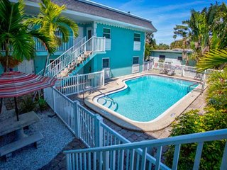 Cozy Condo in Treasure Island. Quick Walk to Beach or Downtown, Boat Dock & Wifi