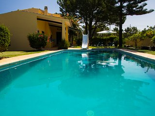 Fantastic Villa - huge pool with slide, private garden and parking