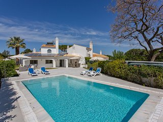 Large heated pool, Hot Tub, fibre WI-Fi, gorgeous beach easy walk away