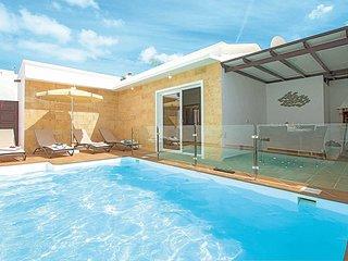 Modern villa, easy walk to beach and amenities
