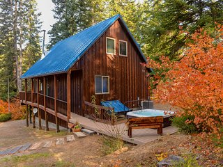 Lovely Leavenworth Cabin w/Hot Tub-Ideally Located