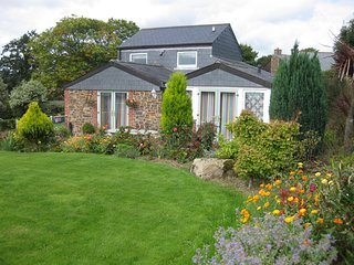 Poltor Cottage. Outstanding rural and sea views - dog friendly