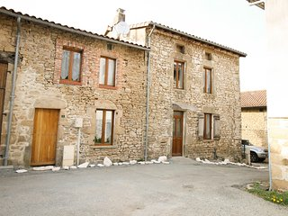 CHUI GITE - 4 BEDROOMS, 3 BATHROOMS SPACIOUS AND ELEGANT PROPERTY SLEEPS 8