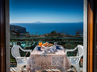 Charming 2 bedroom apartment with sea view,Air-Con, Wi-Fi, parking near Sorrento