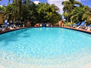 ELEGANT! POOL! FULLY STAFFED! SEAVIEWS! NEAR BEACH!Kelso Villa 3BR