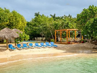 BEACHFRONT VILLA, FULLY STAFFED, PRIVATE POOL,Coral Cove-Discovery Bay 4BR