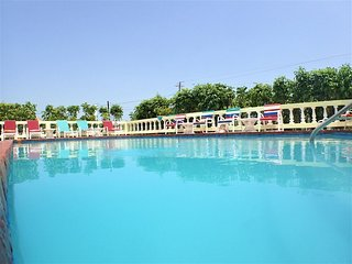 STROLL TO A WHILE SANDY BEACH! COOK! BUTLER! FAMILY!Pineapple,Silver Sands- 5BR
