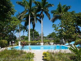 Walk to Beach Beach! Pool! Cook and Housekeeping! Blue Waters