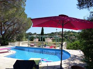 Villa de charme climatisee, piscine chauffee, plage et commerces a pied.