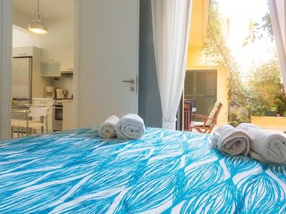 Lovely apartment with garden in Garitsa Bay
