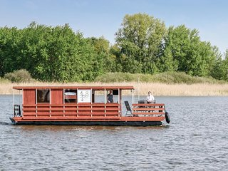 Awesome ship/boat in Neustrelitz w/ 2 Bedrooms